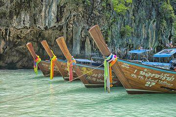 Long-tail boten bij Phi Phi eiland van Bernd Hartner