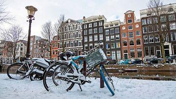 Verschneites Amsterdam auf den Grachten von Nisangha Masselink