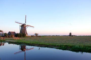 2 molens van de beroemde molenviergang van Aarlanderveen, een oerhollandse landschap. van jordan blaauw
