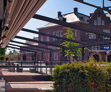 Einsamer Blick von einer leeren Terrasse in Weert. von J..M de Jong-Jansen