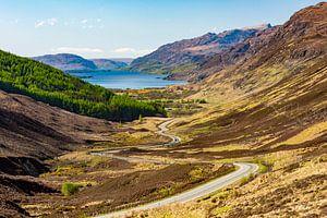 Slingerende weg naar Loch Maree in de Schotse hooglanden van