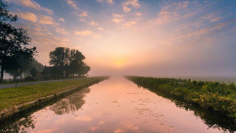 Zonsopgang boven de Dedemsvaart. van Karel Pops