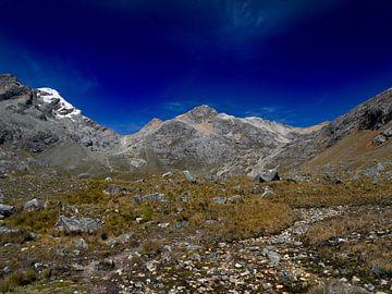 cordillera blanca trektocht. bergen, gras en blauwe lucht van Eline Oostingh