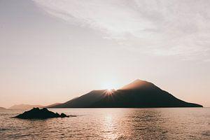 Grieks eiland bij zonsondergang