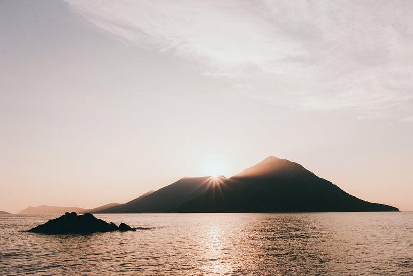 Grieks eiland bij zonsondergang van Jessie Jansen