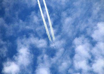 Flugzeug am blauen Wolkenhimmel von Rosi Lorz