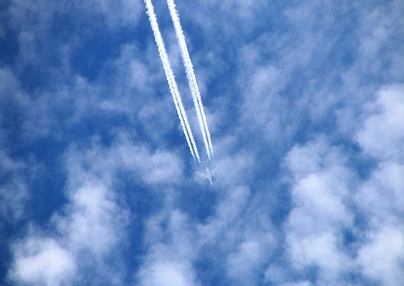 Flugzeug am blauen Wolkenhimmel