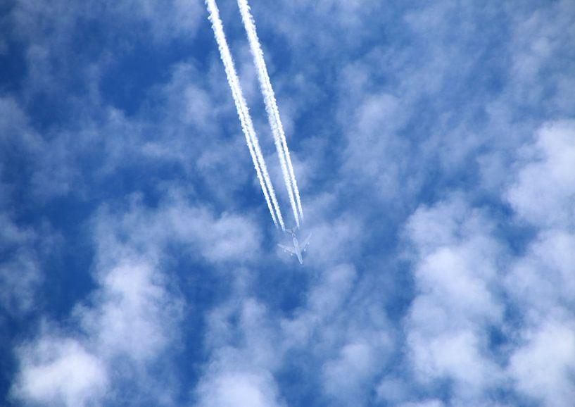 Flugzeug am blauen Wolkenhimmel van Rosi Lorz