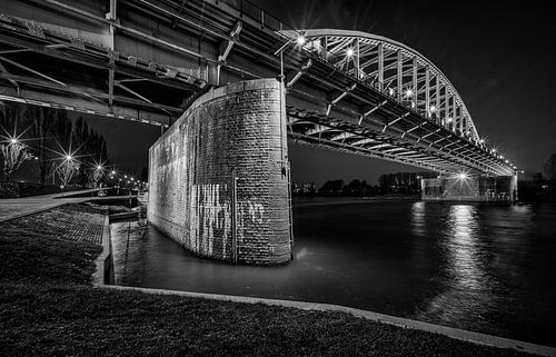 De Arnhemse rijbrug in zwart wit