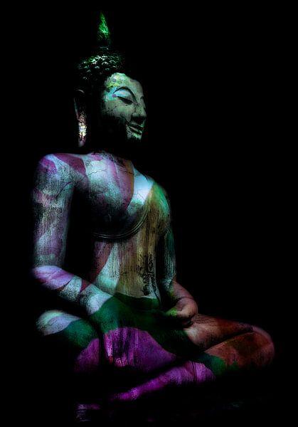 Zittende Buddha in roze, paars en groen