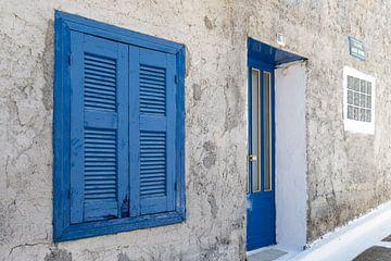 Blauwe luiken op Samos van Elly Damen