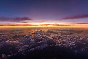Wunderschöner Sonnenuntergang über den Wolken von Denis Feiner