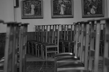 Kirchenstühle in einer Kirche. von Kim De Sutter
