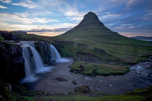 Zonsondergang bij Kirkjufell waterval, Snaefellsnes, IJsland van