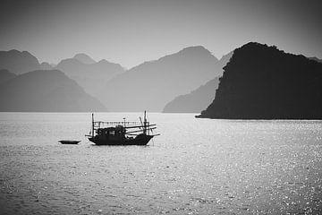 bateau de pêche dans la baie d'Halong en noir et blanc sur