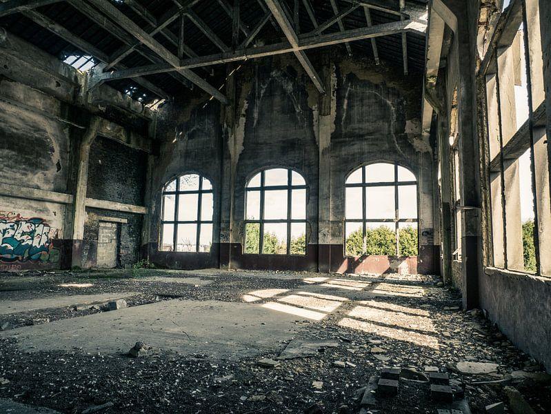 Halle im Gebäude des erloschenen Kohlebergwerks in Belgien von Art By Dominic