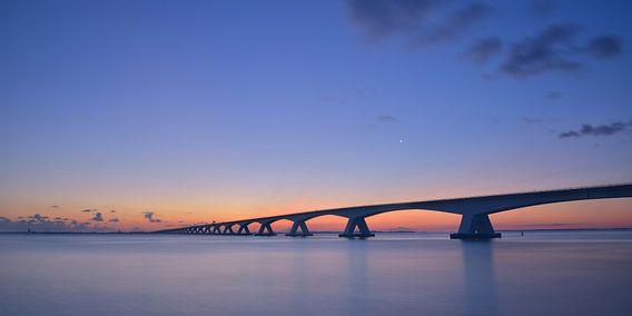 Zeelandbrug vlak voor zonsopgang