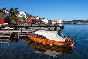 Haven met boot op het eiland Merdø in Noorwegen van Rico Ködder
