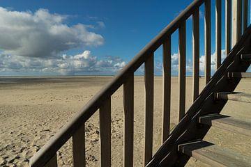 Houten trap op strand van Texel van Natascha Teubl