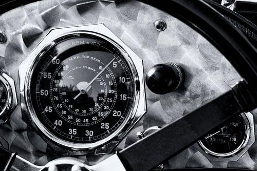 Geborsteld aluminium dashboard met snelheidsmeter op een vintage Britse racewagen uit de jaren 1920.
