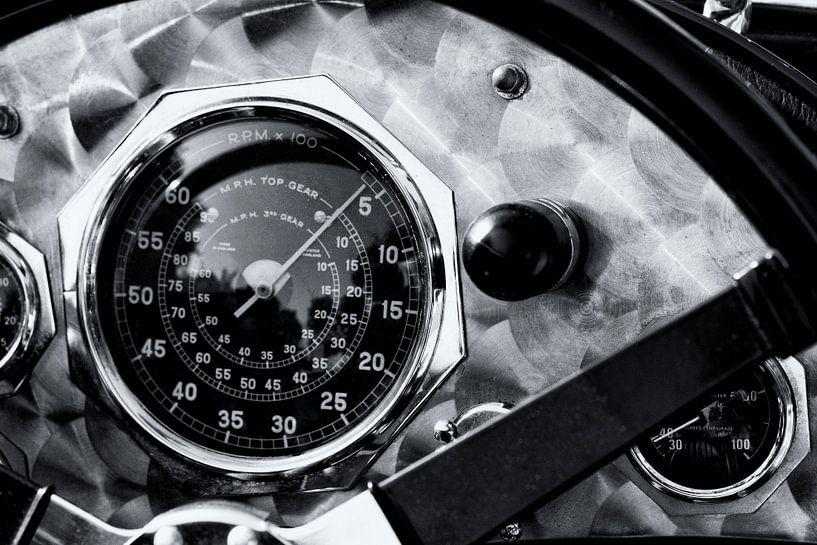 Geborsteld aluminium dashboard met snelheidsmeter op een vintage Britse racewagen uit de jaren 1920. van Sjoerd van der Wal
