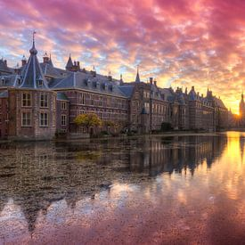 Binnenhof weerspiegeld in Hofvijver tijdens zonsondergang van Rob Kints