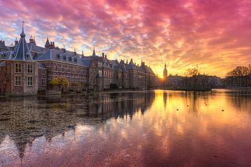 Binnenhof weerspiegeld in Hofvijver tijdens zonsondergang van