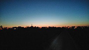 Dorflandschaft von den Feldern bei Sonnenuntergang. von Deborah Blanc