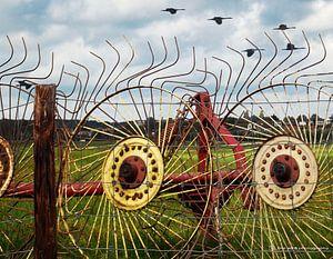 Roestige wielen tegen een hek!