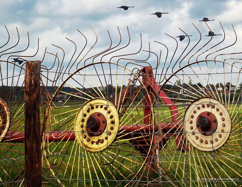 Roestige wielen tegen een hek! van Yvon van der Wijk