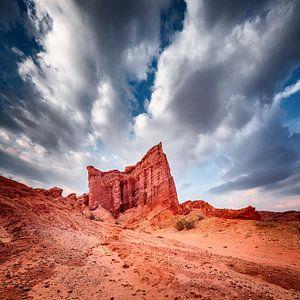 Rote Felsformationen unter einem drohenden bewölkten Himmel