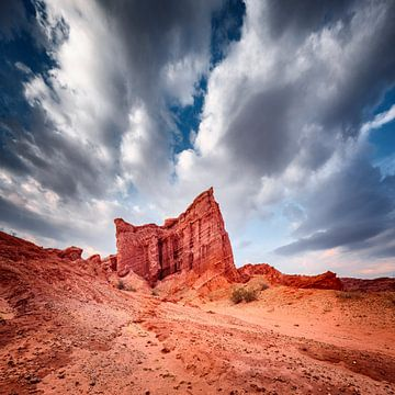 Rote Felsformationen unter einem drohenden bewölkten Himmel von