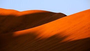 Schaduw op rode zandduinen in de Sossusvlei, Namibië van Martijn Smeets