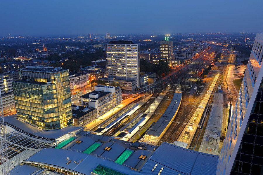 Uitzicht vanaf dak stadskantoor Utrecht over stationsgebied richting Moreelsepark van Donker Utrecht