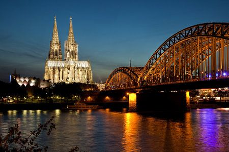 De dom van Keulen bij avondlicht.