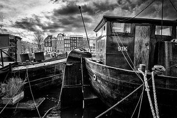 Woonschepen in de Amstel in Amsterdam. van Don Fonzarelli