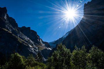 zonnig tussen de bergen met gletsjer. van Gideon Onwezen
