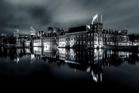 Het Binnenhof in Den Haag contrastrijke nachtfoto. van Retinas Fotografie