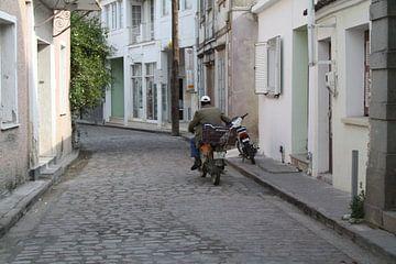 Man op scooter/brommer in Griekenland