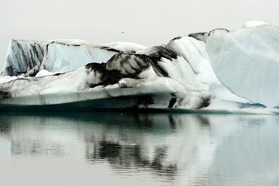 IJsbergen in het Jökulsárlónmeer in IJsland van Gonnie van de Schans