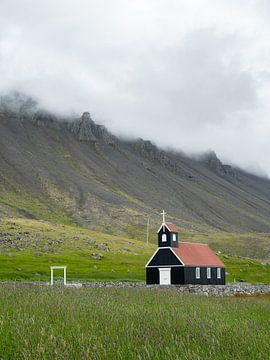 Schwarze Kirche in den Westfjorden von Island von Teun Janssen
