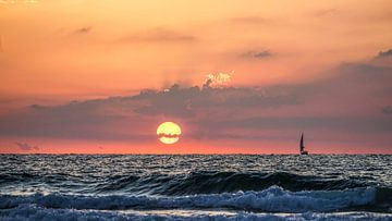 Zonsondergang met bootje in Tel Aviv, Israël van Jessica Lokker