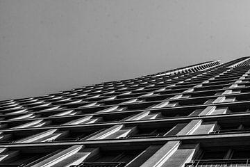 Zwart wit schot van gebouw von Maarten Langenhuijsen