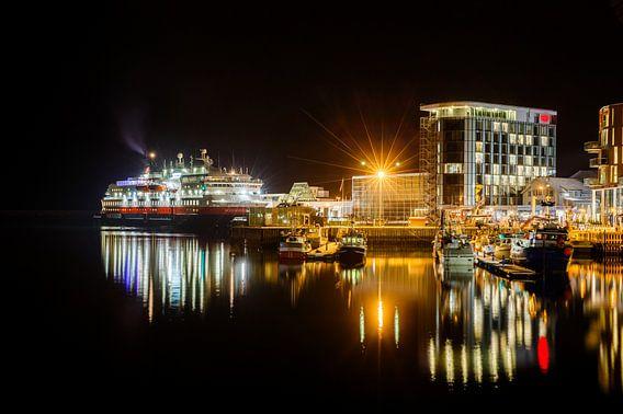 MS Nordnorge in de stad Svolvaer  van Nando Harmsen