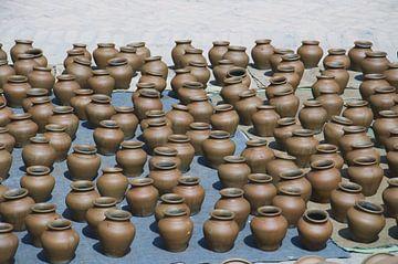 Bodem van pottenBhaktapur, Nepal: Pottenbakkersplein. Symmetrische rijen van traditionele potten van Michael Semenov