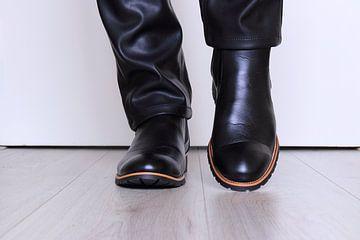 Herrenschuhe aus Leder auf dem Boden von Bobsphotography
