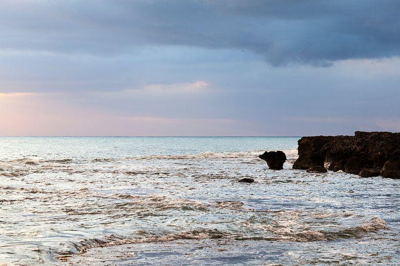 Zonsondergang aan de kust in Jamaica, met turquoise zee en blauw roze lucht. van Eyesmile Photography
