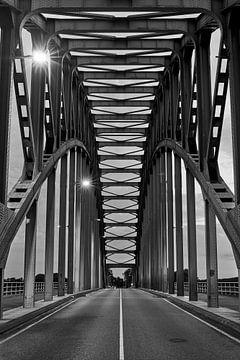 De statige IJsselbrug in monochrome van Jenco van Zalk