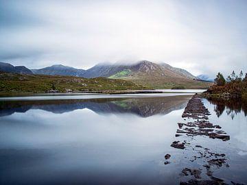 Berglandschaft in Connemara, die sich im Wasser spiegelt. von Arina Keijzer