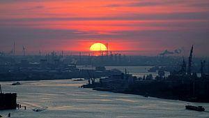 Ondergaande zon boven Rotterdamse havens